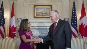 Kanadan ulkoministeri Chrystia Freeland ja Yhdysvaltain ulkoministeri Rex Tillerson kättelivät toisiaan elokuussa.