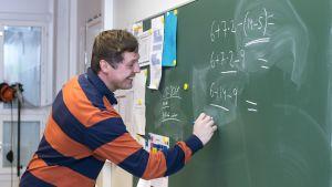 Jyväskylän kristillisen opiston opetteja Jukka Sinnemäki opettamassa matematiikkaa