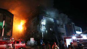Tulipalo vaurioitti pahasti kahdeksankerroksista kuntosalikeskusta Jecheonin kaupungissa Etelä-Koreassa.
