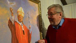 Muotokuvamaalari Fritz Jakobsson paavin muotokuvan äärellä.