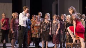 Don Josén (Sam Furness) ja Carmenin (Ivana Srbljan) pakkomielteinen suhde hallitsee oopperaa.