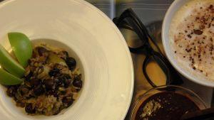 Havre- och äppelpudding, blåbärsmoothie och en kaffe latte.