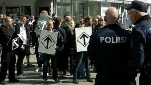 En demonstration med högerextrema anhängare har lett till oroligheter i Jyväskylä på lördagen. Demonstranter från Finska motståndsrörelsen ska ha stormat in i ett varuhus.