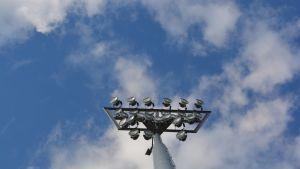 En av de fyra belysningsstolparna på Centralplan i Jakobstad