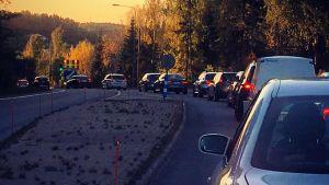 En kö med bilar på Skärgårdsvägen i Kustö