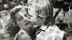 Rakastin sinua, Hilde  Veikko Itkosen ohjaama melodraama kertoo hienostonaiseksi kasvatetusta Hildestä ja hänen kilpakosijoistaan. Eija Karipää ja Matti Oravisto.