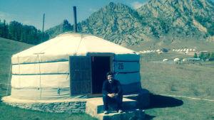 Mathias Nylund utanför en jurta i Mongoliet.