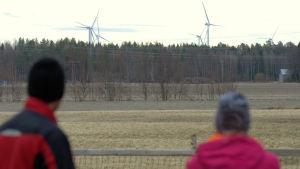 Utsikten från Krutar gård mot vindkraftsparken i Torkkola, fotograferat med teleobjektiv.