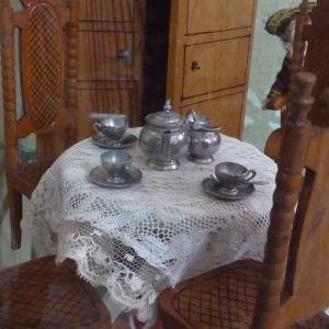 gamla kaffekoppar på ett bord med spetsduk