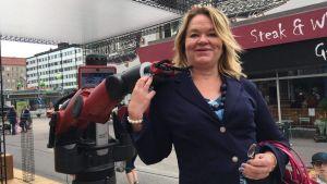 Cristina Andersson får en kram av roboten Baxter.