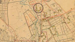 Detalj från karta upprättad inför laga skifte 1839–1840 av Carl Erik Sandström. Den blå cirkeln markerar makarna Stenbergs gård Hagalund. I nedre högra hörnet syns landsförsamlingens kyrka, i dag benämnd Backenkyrkan.