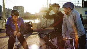 Tre killar på cyklar.
