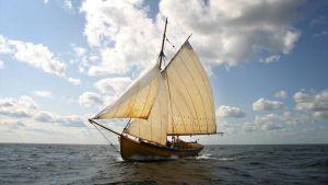 Slupen seglar - Pehr Stenberg besöker Holmön flera gånger i del 4 i sin självbiografi. Slupen här är en tänkt kopia av handelsmannens båt, en sådan som  det troligen transporterades både varor och präster på, till och från Holmön. PS är där på sockenbud o