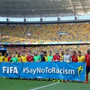 """Spelare med en banderoll """"#SayNoToRacism"""""""