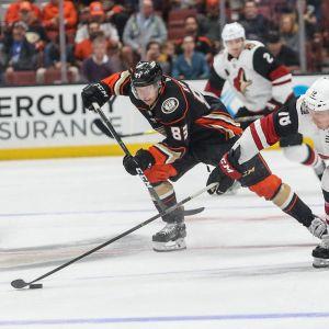Anaheim Ducks forward Kalle Kossila jagar pucken.