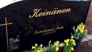 Bild av ett barns gravsten.