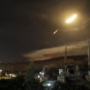 Syriska luftvärnsmissiler kan ses flyga över Damaskus.
