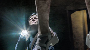 Polisen Gabriela hittar Lara hängd i dramaserien Case.