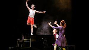 Billy Elliot (Kalle Lorenz) tillsamman med balettlärarinnan spelad av Emmi Kangas och pianisten spelad av Ville Seivo.