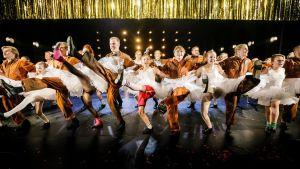 Gliiter och glamour, balettkjolar och gruvarbetare. I mitten Robin Asukas, som delar rollen som Billy Elliot med Silas Lorenz och Kalle Lorenz.