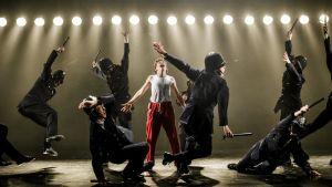 Kalle Lorenz som Billy Elliot i ett nummer med dansande poliser.