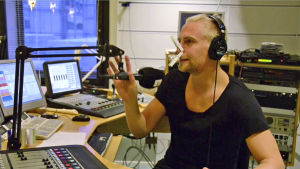 Janne hackar lök i studion 2