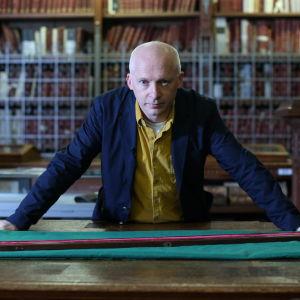 Marcus Du Sautoy tarkastelee metrin prototyyppiä Ranskan kansallisarkistossa