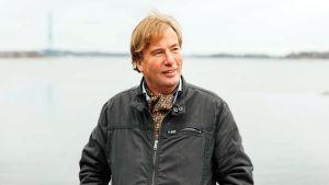 Staffan Bruun står vid havet