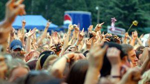 Publik följer med en rockkonsert