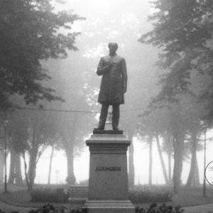 Staty av Runeberg i park