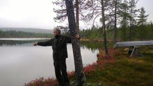 Kari Mielikäinen näyttää, mihin puu kaatuu joskus