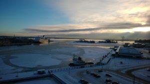 Näkymä Helsingin sataman yli.