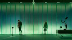 Muoviverhon takaa kuultaa miehen ja tytön hahmo Viirus-teatterin näytelmässä Toinen luonto.