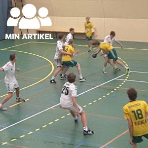 Två pojklag i handboll möter varandra på planen. Sjundeå IF anfaller och Ekenäs IF i vita skjortor försvarar.