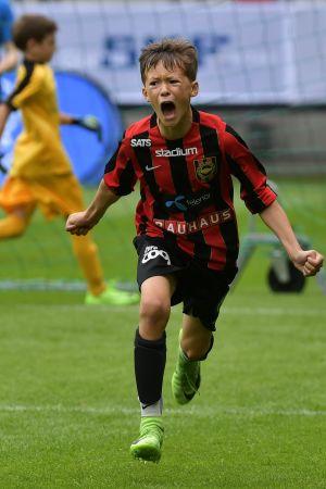 John Mellberg firar ett mål för Brommapojkarnas elvaåringar vid Gothia Cup 2017.