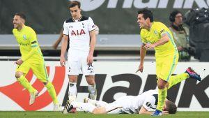 Jeremy Perbet firar mål och Tottenhamspelare deppar