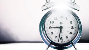 Gammal väckarklocka med kläpp och klockor