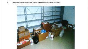Bruna kartonger och plastkassar med vårdförnödenheter står på golvet i ett rum. I bakgrunden tomma hyllor. Polisens logotyp syns uppe i dokumentet.