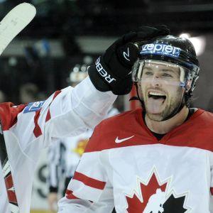Det kanadensiska förbundet har kontaktat Mike Fisher i hopp om att han vill spela för sitt land i vinterns OS.