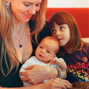 Pianotaiteilija Laura Mikkola pienten tyttäriensä Fredrikan (oikealla) ja Melissan kanssa vuonna 2001.
