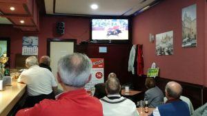 Miehet katsovat härkätaistelua espanjalaisessa baarissa