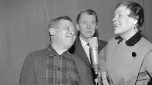 Näyttelijät Oke Tuuri, Kauko Helovirta ja Elsa Turakainen roolihahmoissa radiostudiossa Kalle Kustaa Korkki ja Pekka Lipponen -kuunnelman teossa 10.4.1967.
