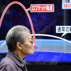 En nyhetsvideo visar en Nordkoreansk missils bana på en skärm i Tokyo.