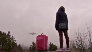 Kuvassa tyttö ja lentokone.