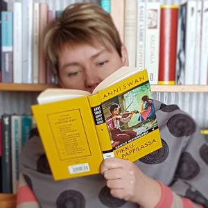 Kirjabloggarin käsissä Anni Swanin Pikkupappilassa -kirja