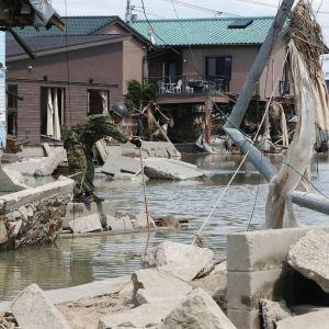 Soldater söker efter försvunna personer i den översvämmade staden Kurashiki