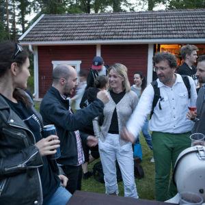 Kuhmossa sauna maistuu niin suomalaiselle, ranskalaiselle kuin irlantilaisellekin artistille.