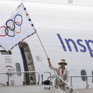 Den olympiska flaggan har anlänt till Tokyo.
