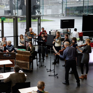 Aili Järvelä: Tässä ollaan soittamassa Viljami Niittykosken musiikkia Musiikkitalolla. Viljami on yksi lemppareistani, mitä tulee kaustislaiseen musiikkiin ylipäänsä.