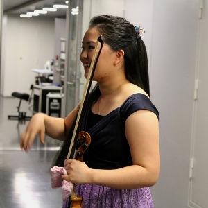 Minami Yoshida lepuuttaa kättään juuri ennen esitystä.